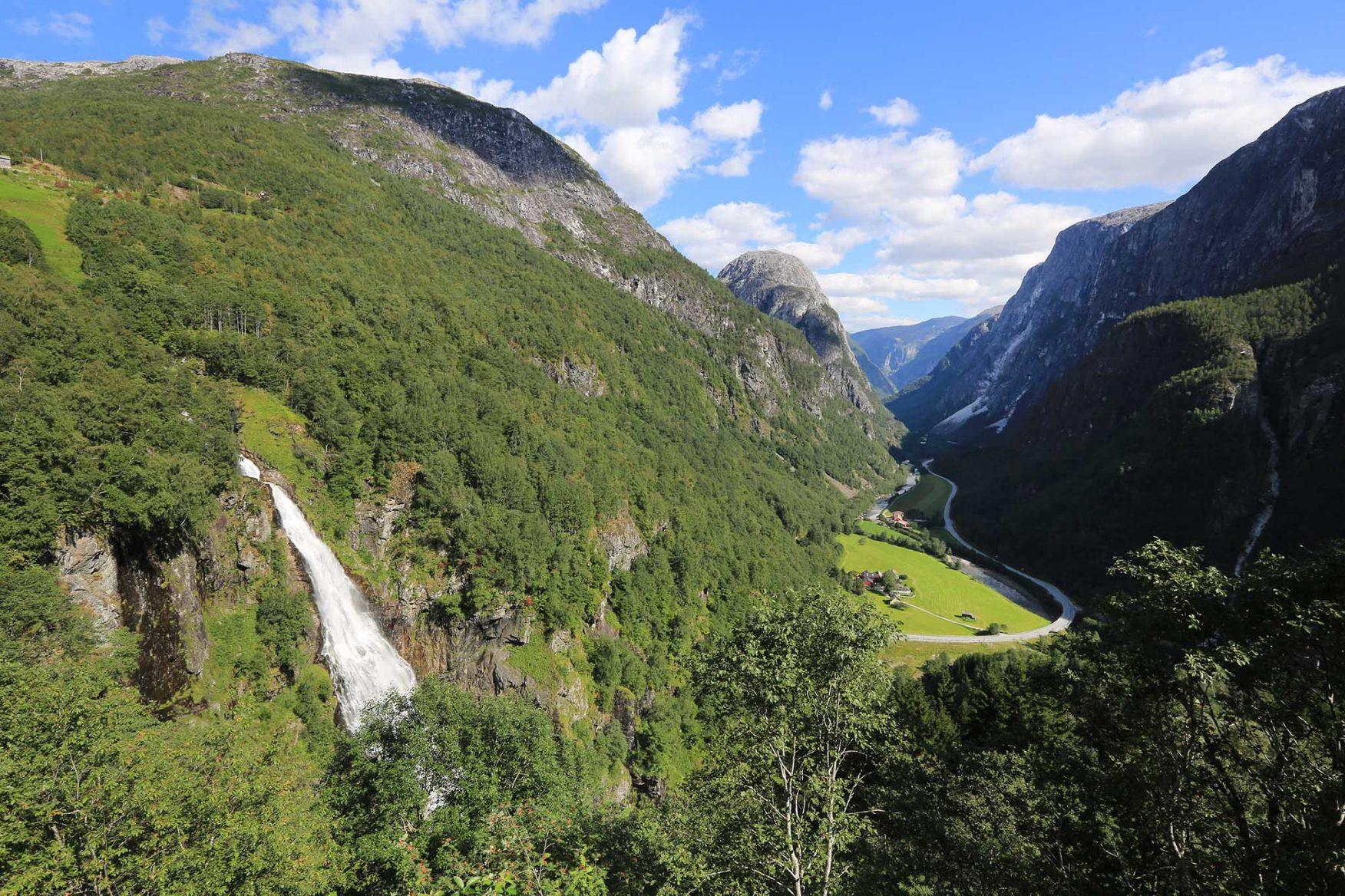 scandinavian-family-adventure-green-valley